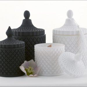 Zwarte en witte kaarsen
